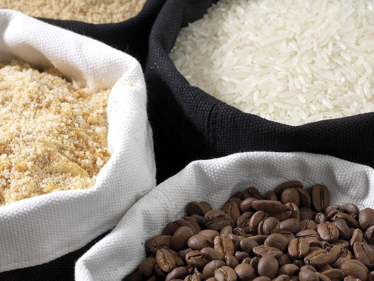 Kurver med ris, kaffebønner og brødsmuler. Bilde.