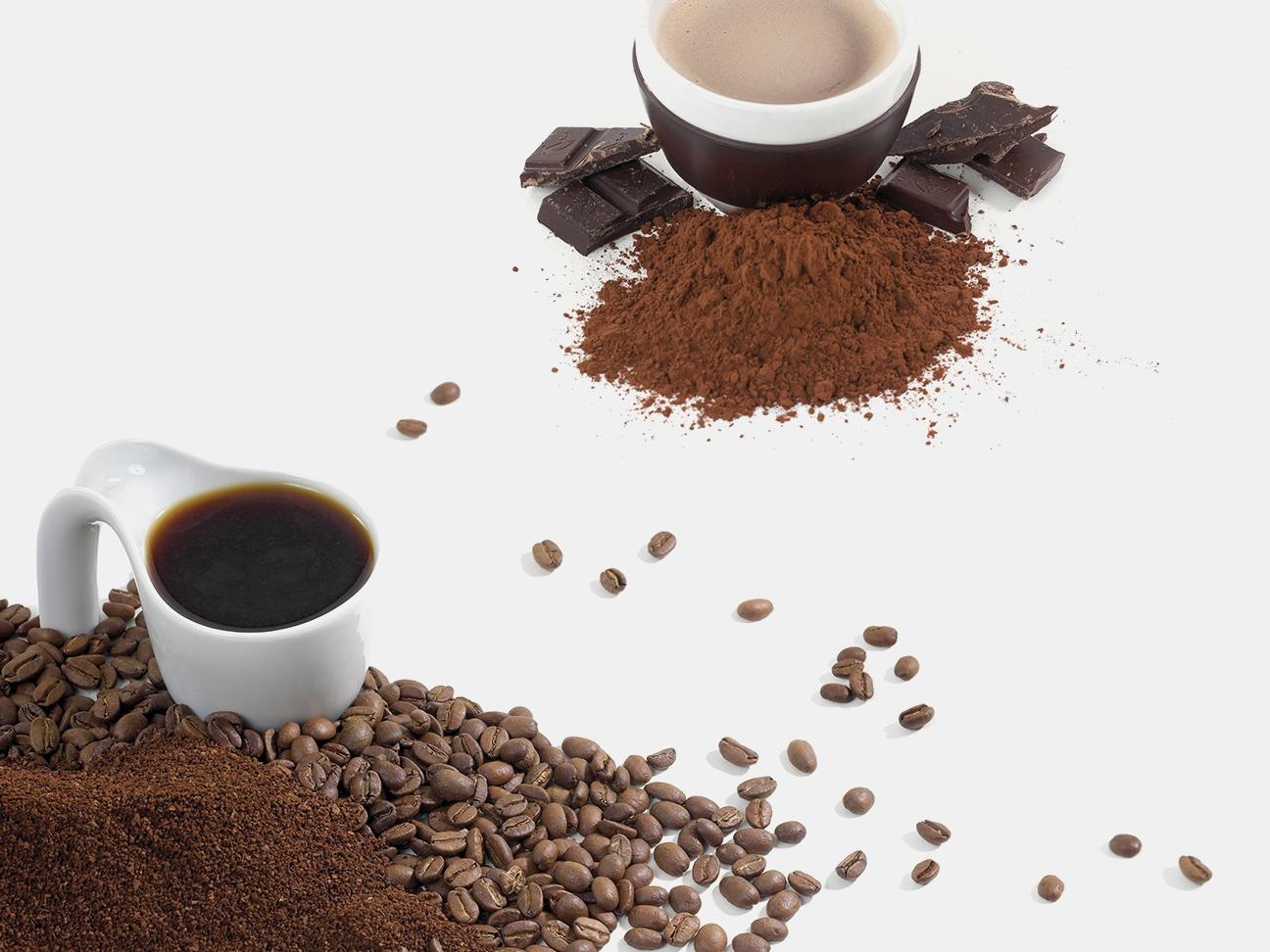 Kaffebønner, kakao og kopper. Bilde.